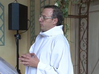 L'officiant de cérémonie en  faux curé