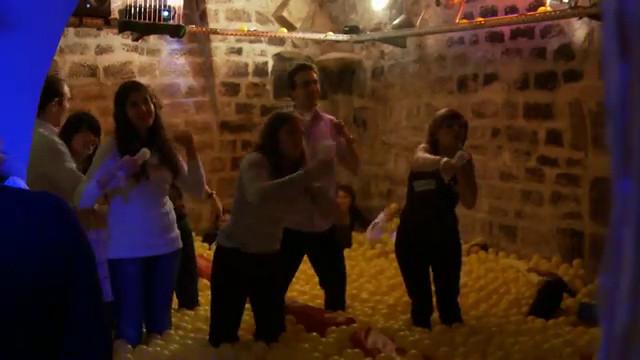 Tigre du bain balles clip officiel tigre du bain for Piscine ludique paris